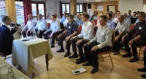 Fabrice Midal entraîne le groupe dans une méditation active